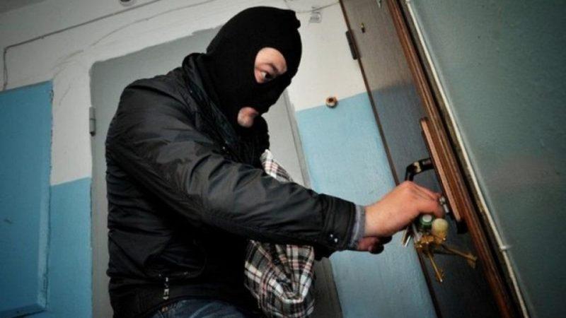 Злодій потрапив до квартири зламавши замок вхідних дверей