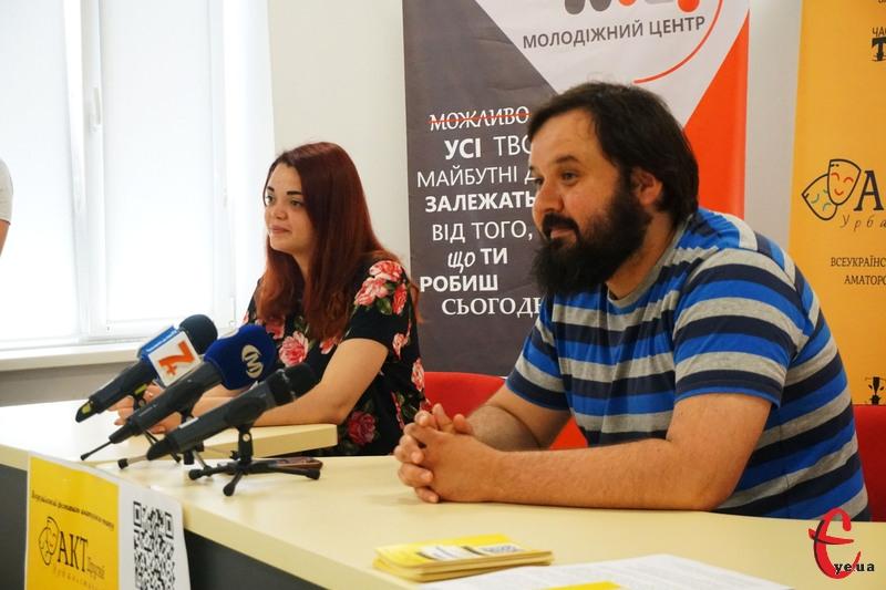 Організаторами фестивалю є громадська організація «Центр розвитку театру «ЧАС Т»» та Народний аматорський театр «Дзеркало»