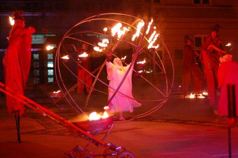Вуличну виставу актори гратимуть на ходулях