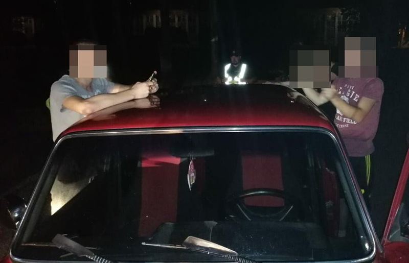 У підозрілих чоловіків виявили предмети, схожі на пістолет і кастет