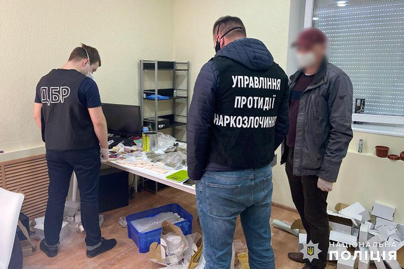 Чоловіки орендували у обласному центрі офіс, де фасували та зберігали підготовлені до продажу наркотики і психотропи