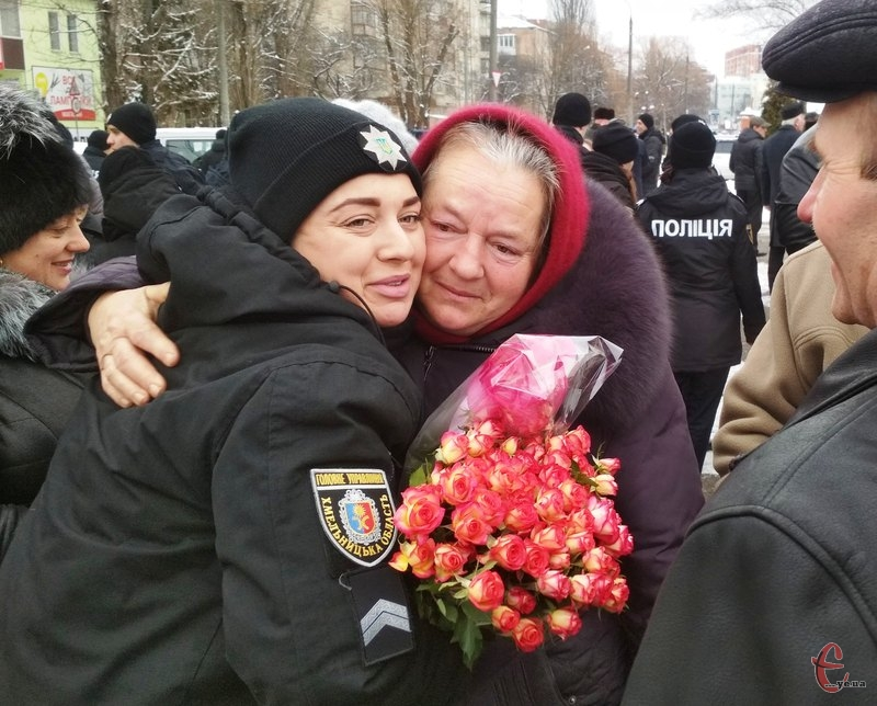 Олесю Побережну, яка працюватиме в Ярмолинецькому відділі поліції, прийшли привітати рідні та знайомі