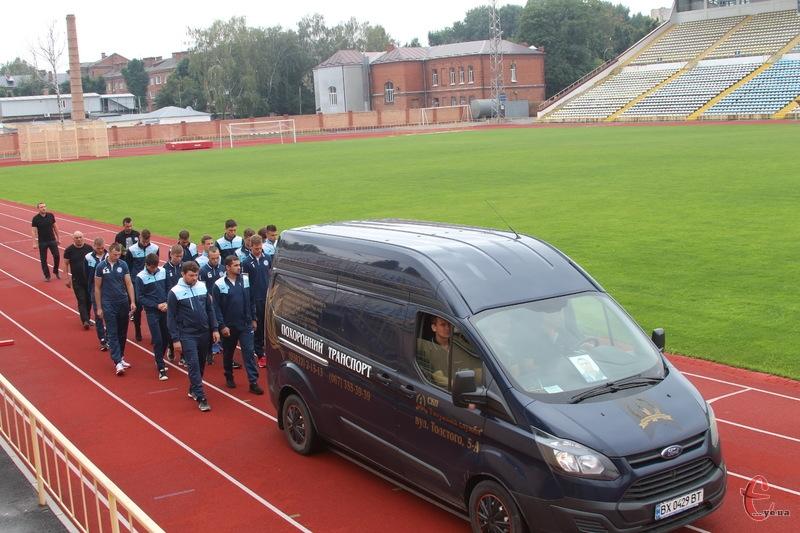Віталія Балицького провезли навколо футбольного поля центрального стадіону у супроводі гравців і тренерів ФК «Поділля»