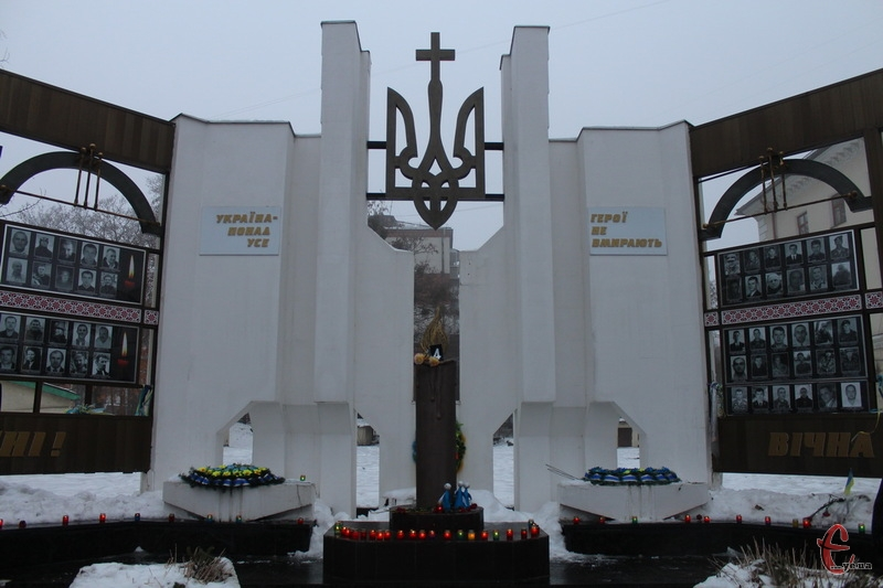 Хмельничани помолилися біля стели загиблим, що на майдані Незалежності