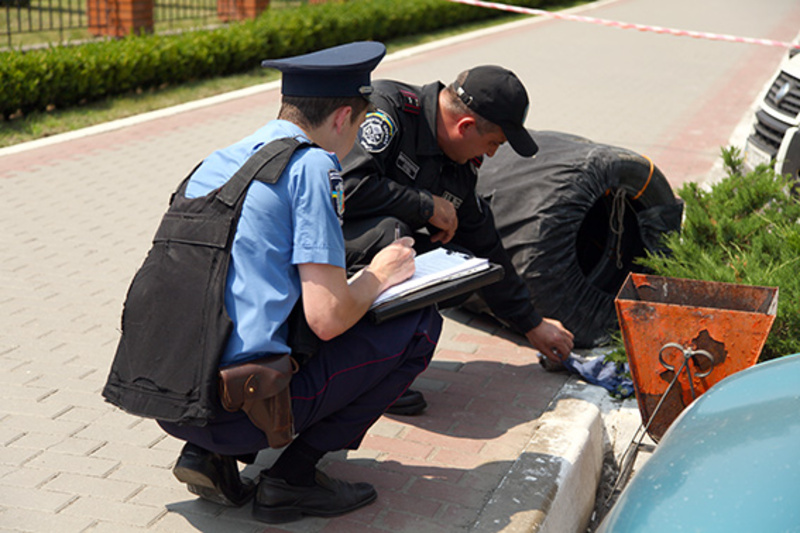 Міліціонер-водій чергової частини Дмитро Бірюков помістив гранату в захисний контейнер, де вона перебувала до приїзду вибухотехніків.