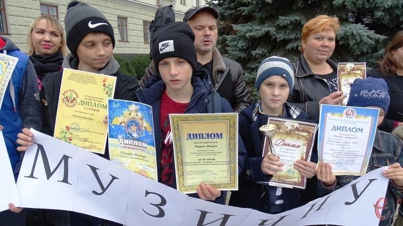Діти, батьки та викладачі Хмельницької районної музичної школи вийшли сьогодні на протест