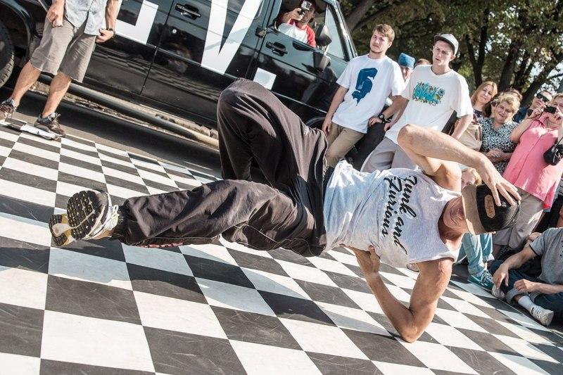 У програмі - змагання різних категорій брейкдансерів, хіп-хоперів і бікмейкерів