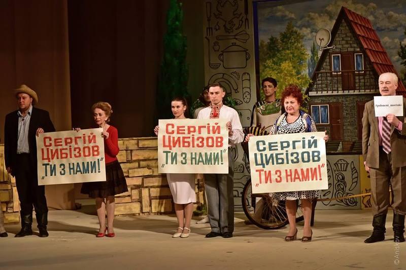 У театрі Старицького актори провели флешмоб по закінченню вистави