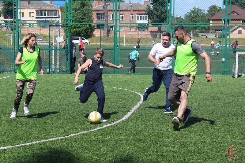 Понад 50 хмельницьких сімей зіграли у міні-футбол