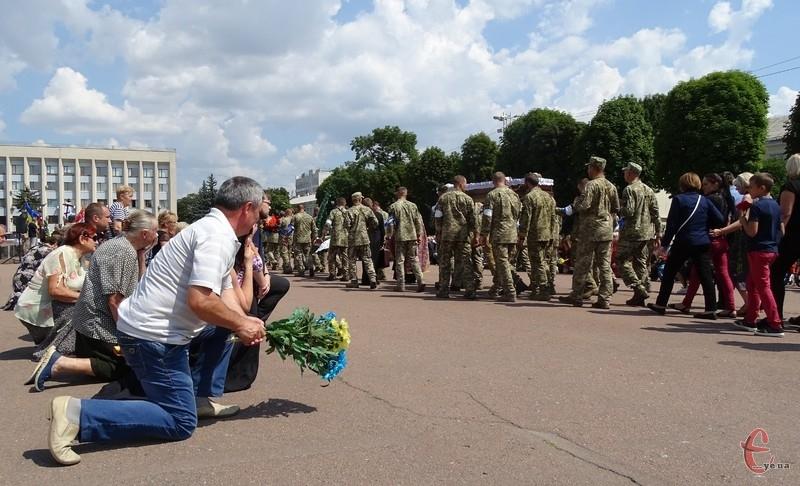 Героя проводжали в останню пунь на колінах