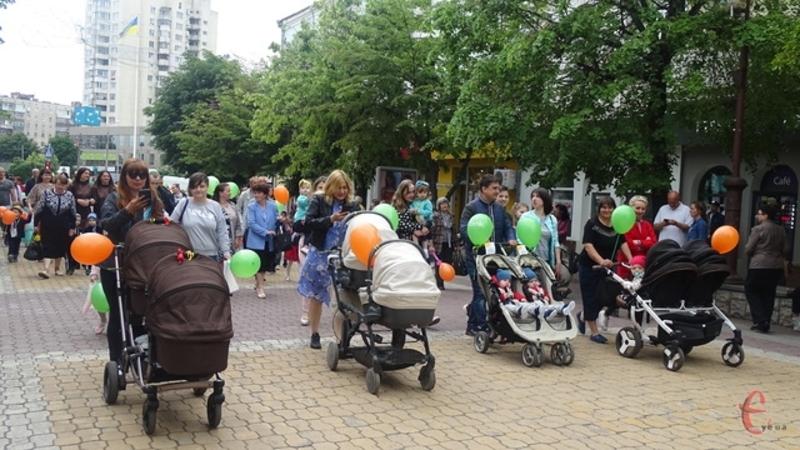 Щороку святковою ходою близнята проходять вулицею Проскурівською