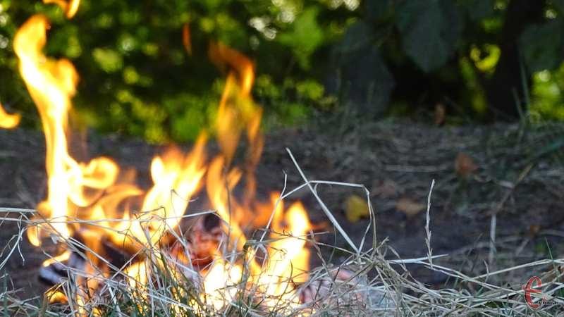Чоловік загинув під час спалювання трави
