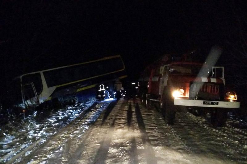 Прикарпатські рятувальники близько трьох годин намагалися витягнути на проїжджу частину пасажирський автобус, який злетів з дороги
