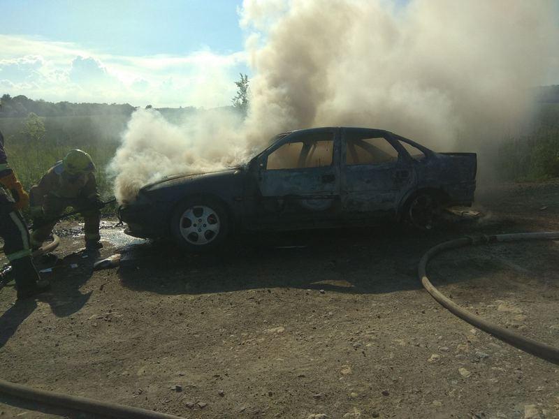 У Хмельницькому районі вогнеборці врятували легковик від знищення вогнем