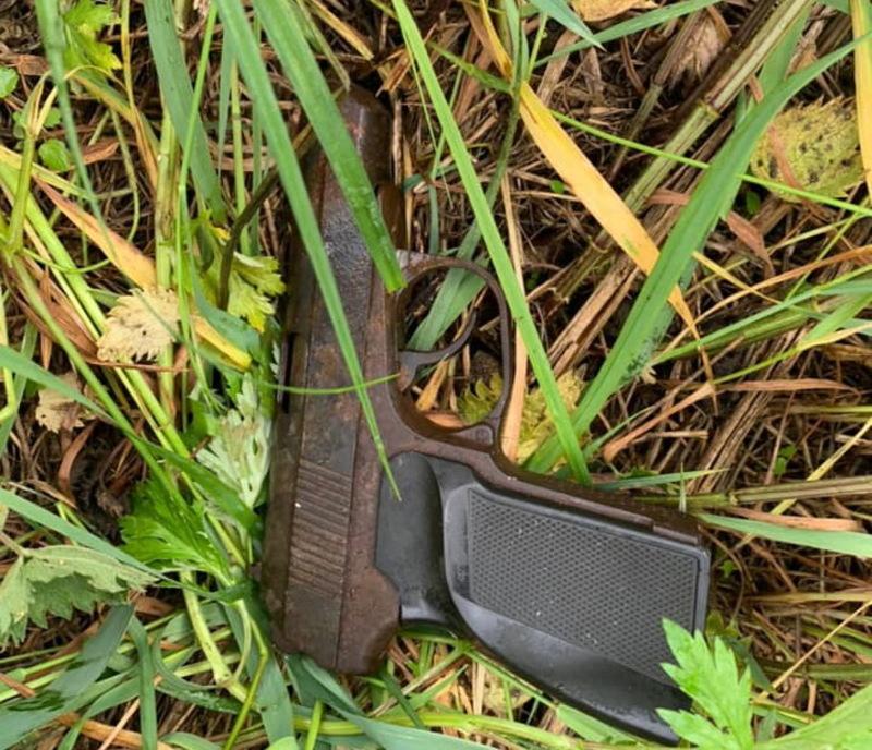У чоловіка виявили викрадені харчі та предмет ззовні схожий на пістолет