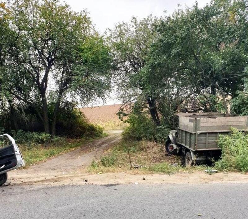 Вантажівка внаслідок ДТП злетіла з дороги