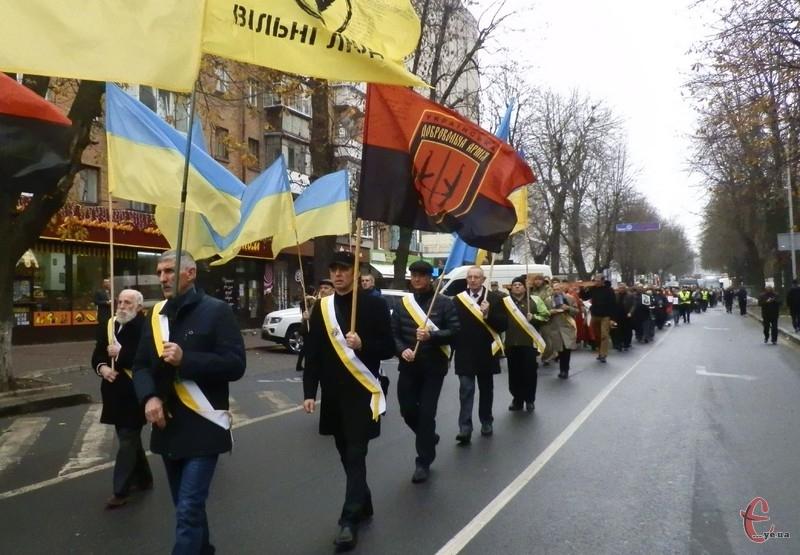 Попереду йшли чоловіки із прапорами в руках, а позаду – рідні загиблих військових