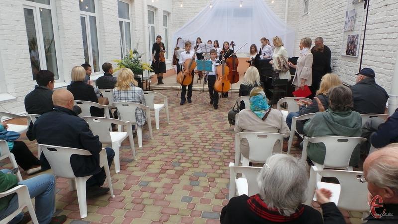 У мистецькому дворику в Хмельницькому лунала влаштували концерт