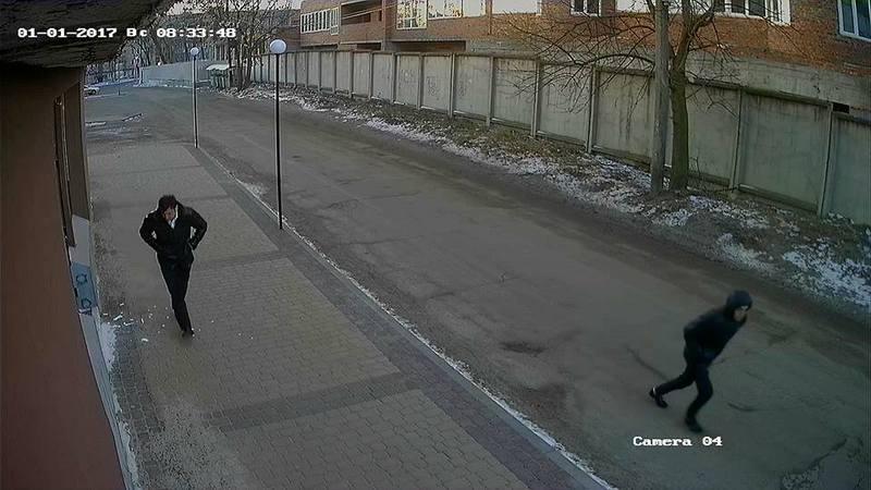 У Хмельницькому розшукують чоловіка, який побив двері магазину.