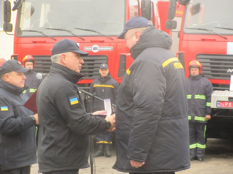 Рятувальникам перезентували нову пожежно-рятувальну техніку, житло та вручили службові нагороди