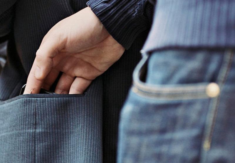 Злодій забрав у хмельничанина телефон, гаманець з грошима та паспорт