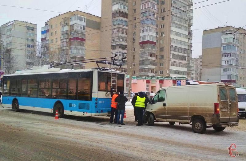 Із вчорашнього вечора по сьогоднішній ранок у Хмельницькому зафіксували 17 аварій