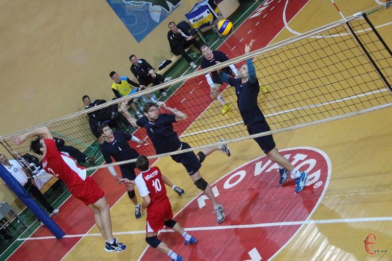У Хмельницькому за дві путівки до наступного раунду Кубка України з волейболу змагатимуть чотири команди