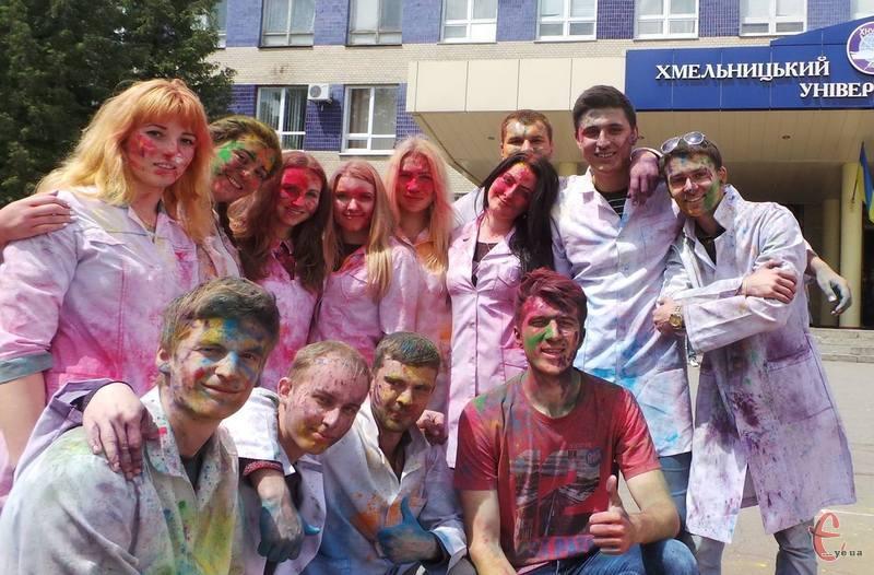 Студенти з голови до ніг були у фарбі