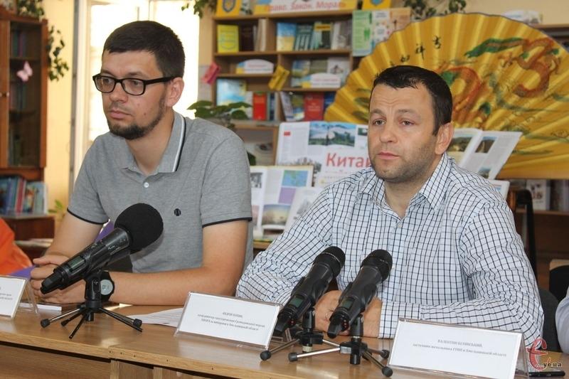 «Характерною ознакою цієї передвиборчої кампанії стало проведення кандидатами різноманітних концертів», — Андрій Попик (з правого боку)