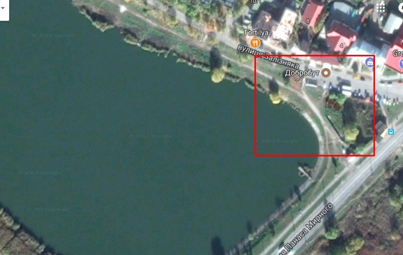 Ділянка розташована у прибережній захисній смузі ставка у мікрорайоні «Озерна»