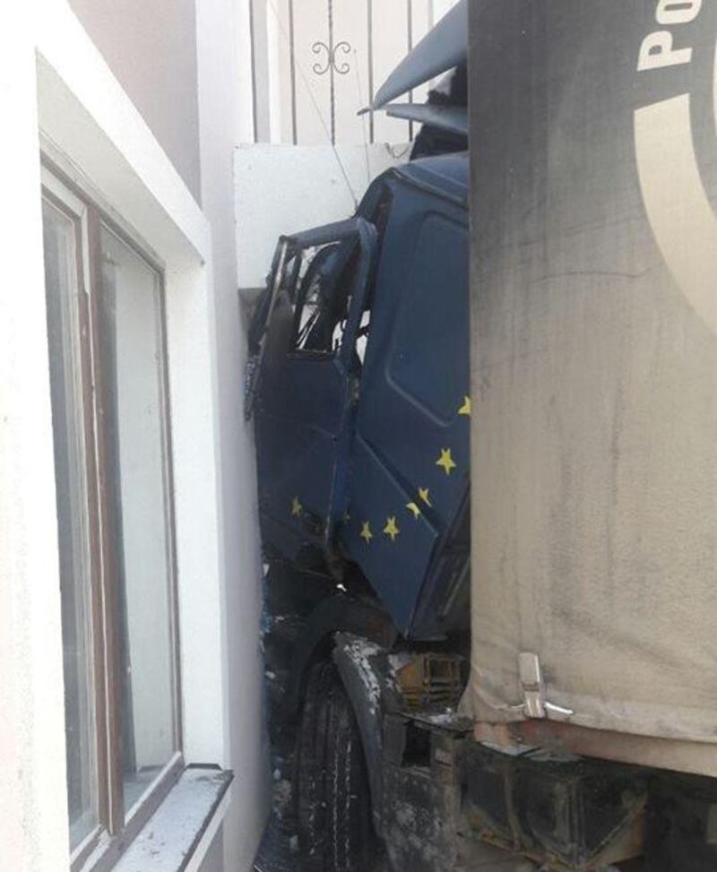 Вантажівка врізалась в будівлю