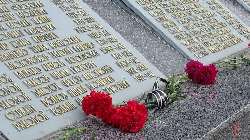 Хмельничани покладуть квіти до пам'ятника