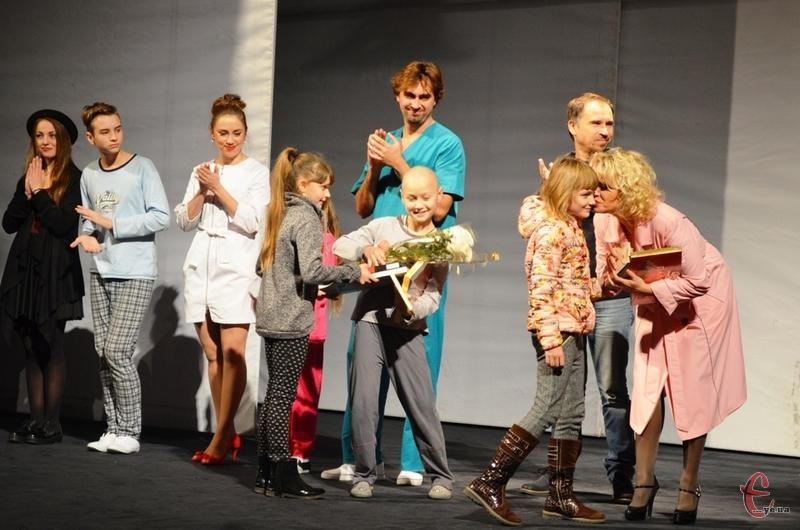 Після вистави глядачі дякували акторам за неперевершену гру.