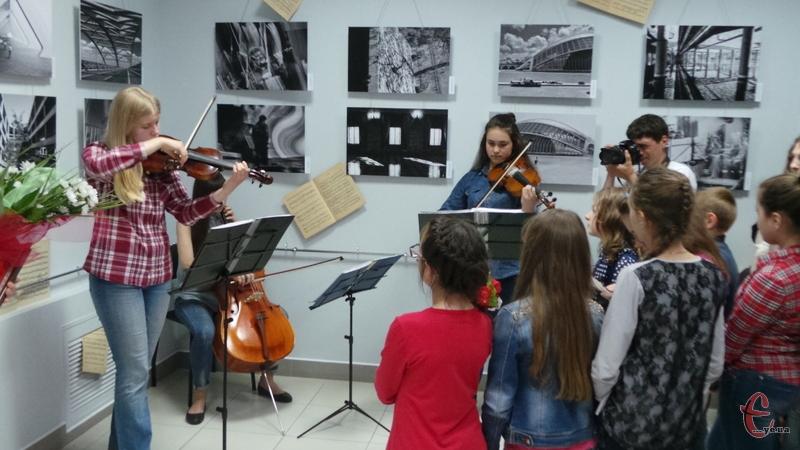 Виставку про музику відкривали під час гри на скрипках