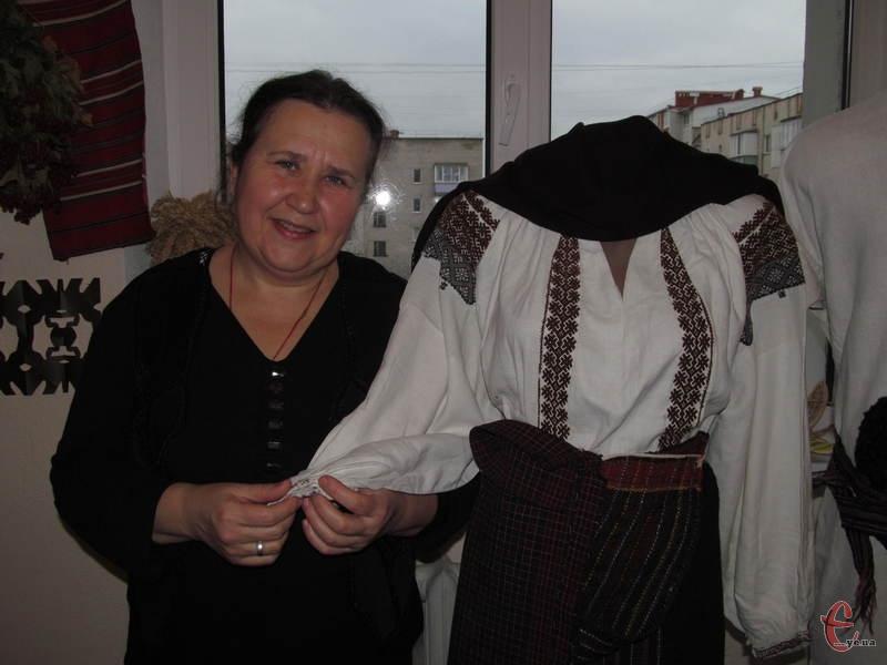 Ірина Телюх демонструє сорочку, вишиту традиційною поділською технікою