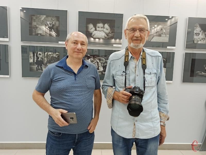 На відкриття виставки приїхали лише два фотохудожники Олег Куцький (праворуч) та Олександр Сінельніков (ліворуч)