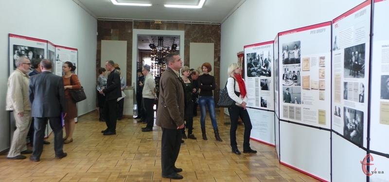 Виставка буде представлена до 12 квітня у Хмельницькому художньому музеї.