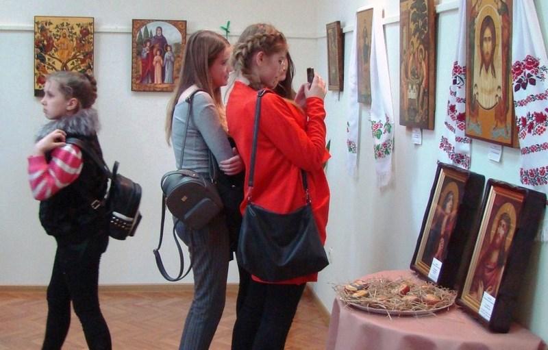 На виставку завітали учні та викладачі школи «Нікош», мешканці та гості міста
