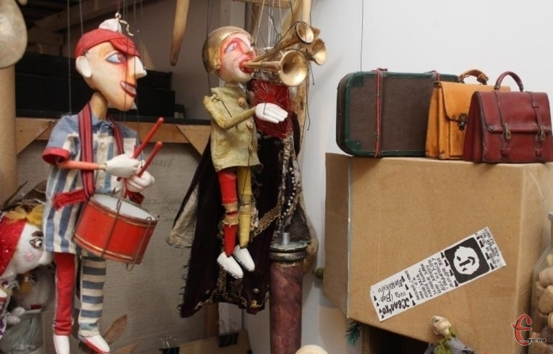 У Ніколаєва, який є головним художником лялькового театру, майстерня не просто територія творчості, а й дім самої казки