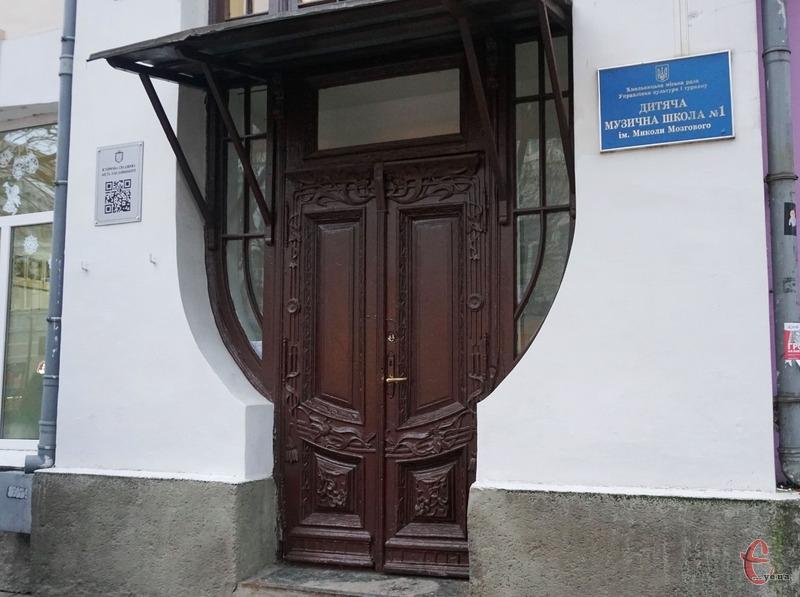 Дверям планують повернути автентичний вигляд.