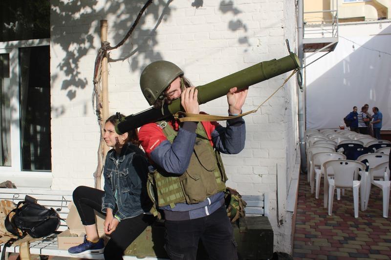 Відвідувачі відзначення п'ятиріччя ДУКу могли потримати й приміряти бойову амуніцію