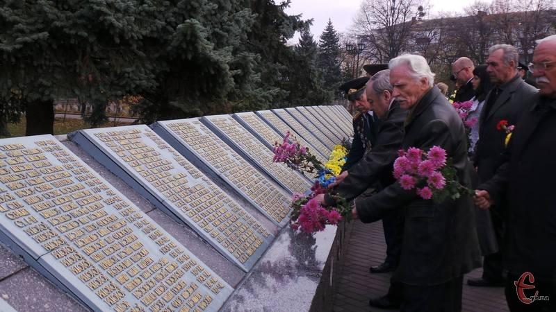 У Хмельницькому на військовому кладовищі відбулося покладання квітів