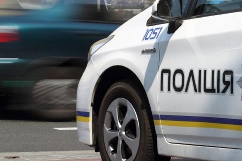На вимогу інспекторів зупинитися водій автомобіля спочатку пригальмував, але щойно до нього вийшов патрульний почав утікати