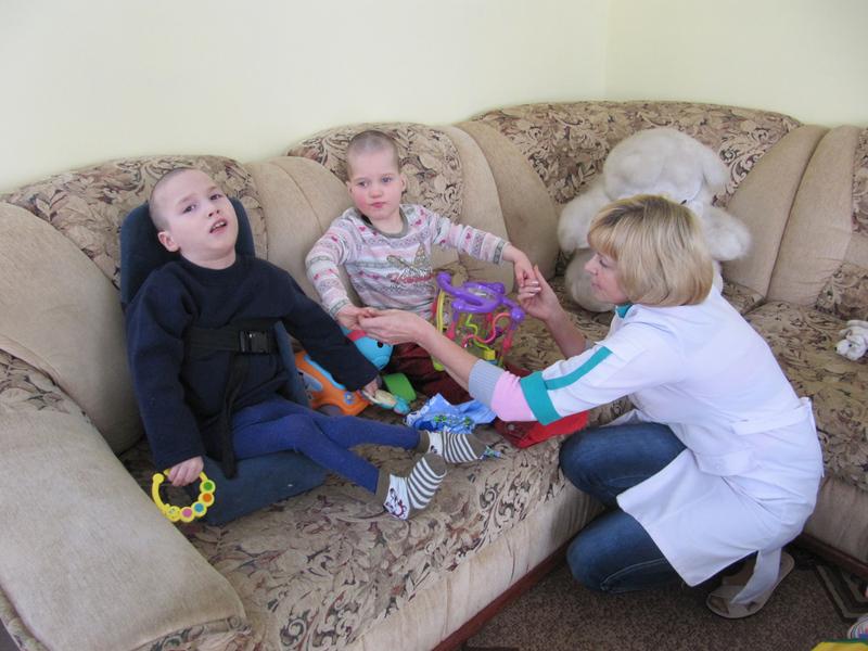 За словами волонтерів, у будинку-інтернаті проживає 64 дитини.