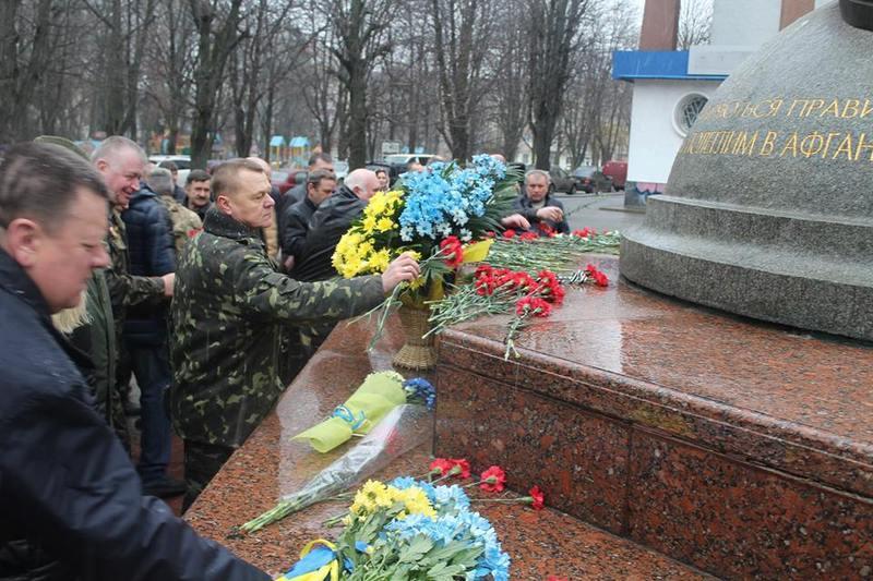 Хмельничани поклали квіти до пам'ятника