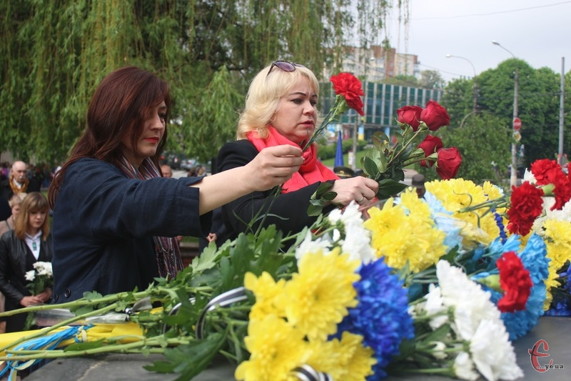 Понад сотня хмельничан поклали квіти до Ангела Скорботи