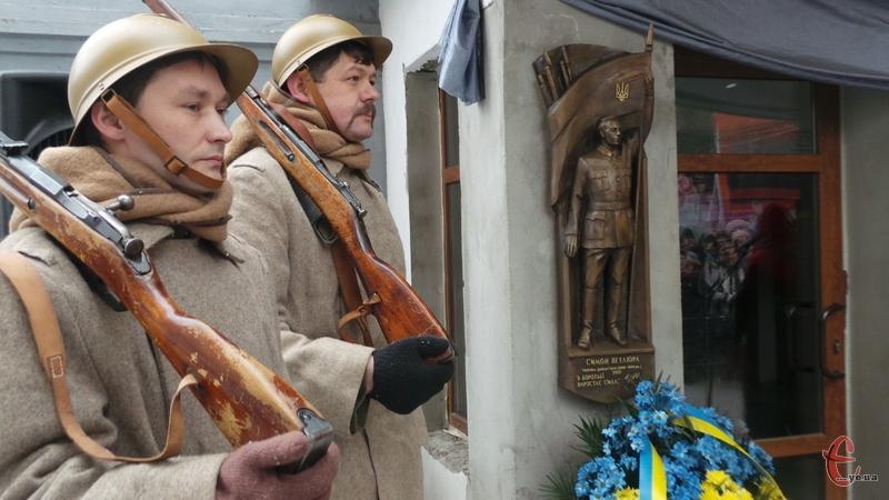Автором дошки став скульптор Роман Албул