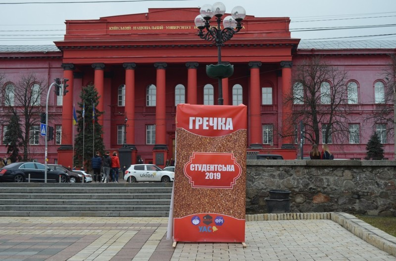 Пачки гречки, як символ скуповування голосів, раніше були встановленні в Києві