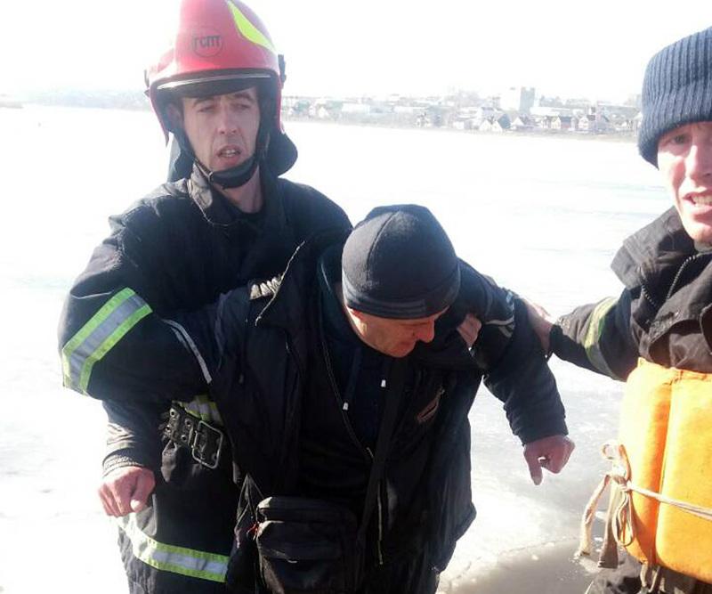 Рятувальники витягли рибалку з-під криги