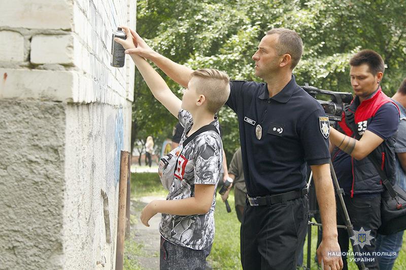 Правоохоронці разом із дітьми та громадськими активістами замальовували написи з рекламою наркотиків